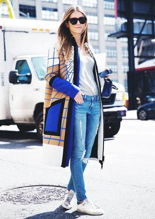 """<p class=""""Normal""""> Nếu nơi làm việc cho phép bạn thỏa sức sáng tạo, các chị em có thể theo đuổi phong cách thể thao khỏe khoắn bằng một đôi sneakers, quần jeans cào xước hoặc rách gối, mặc kèm áo khoác len mỏng.</p>"""