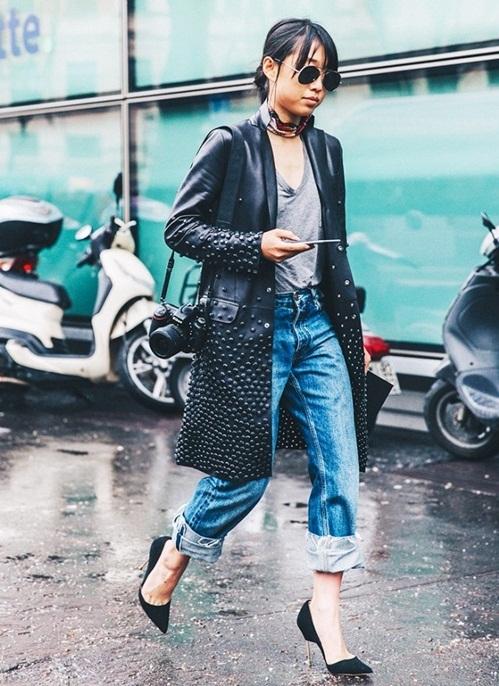 """<p class=""""Normal""""> Một chiếc áo khoác da dáng dài, đi kèm quần xắn gấu bản lớn, khăn quàng cổ và kính phi công sẽ giúp bạn nổi bật trên phố.</p>"""