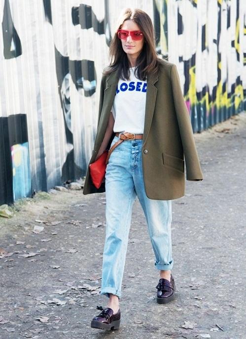 <p> <strong>Đi làm</strong><br /><br /> Tùy vào môi trường làm việc, bạn có thể mặc quần jeans đến công sở mà vẫn giữ được vẻ lịch sự. Với môi trường không quá khắt khe, bạn hãy chọn quần jeans dáng thụng, xắn gấu đi cùng giày oxford, áo phông sơ vin và blazer.</p>