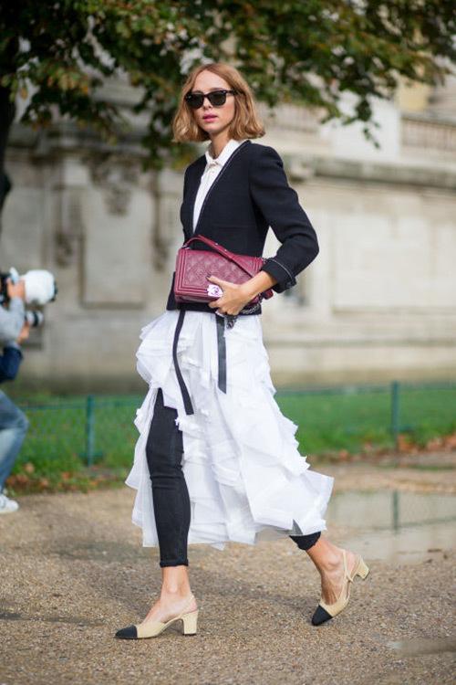 """<p class=""""Normal""""> Với bữa tiệc trang trọng, để nữ tính, quyến rũ hơn, hãy diện váy xếp tầng dáng high-low cùng quần jeans bó sát, sơ mi trắng và áo len mỏng, giày hở gót.</p>"""