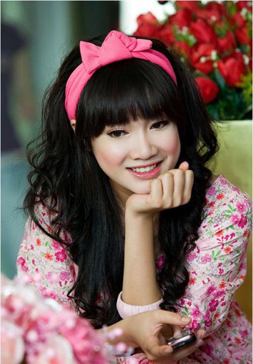 """<p class=""""Normal""""> Trong giai đoạn 2010-2012, Nhã Phương bắt đầu chăm chút diện mạo hơn. Cô thay đổi kiểu tóc nữ tính, chuyển từ mái chéo sang mái bằng, trang điểm đậm hơn và trung thành với son hồng.</p>"""