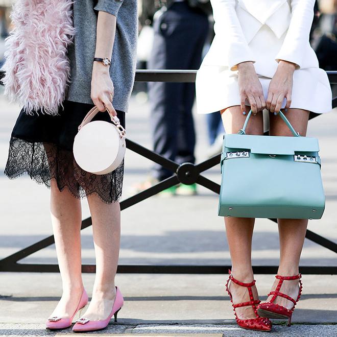 """<p class=""""Normal""""> <strong>Chọn túi xách cọc cạch với giày</strong></p> <p class=""""Normal""""> Nguyên tắc phối ton-sur-ton giữa túi xách và giày đem lại vẻ ngoài đồng bộ và hoàn hảo cho trang phục. Tuy nhiên, các tín đồ thời trang thường không nhất thiết phải tuân theo quy tắc nhàm chán này. Ngày nay, s<span>ự kết hợp giữa giày màu nổi và túi in họa tiết sẽ đem đến phong cách mới mẻ hơn.</span></p>"""