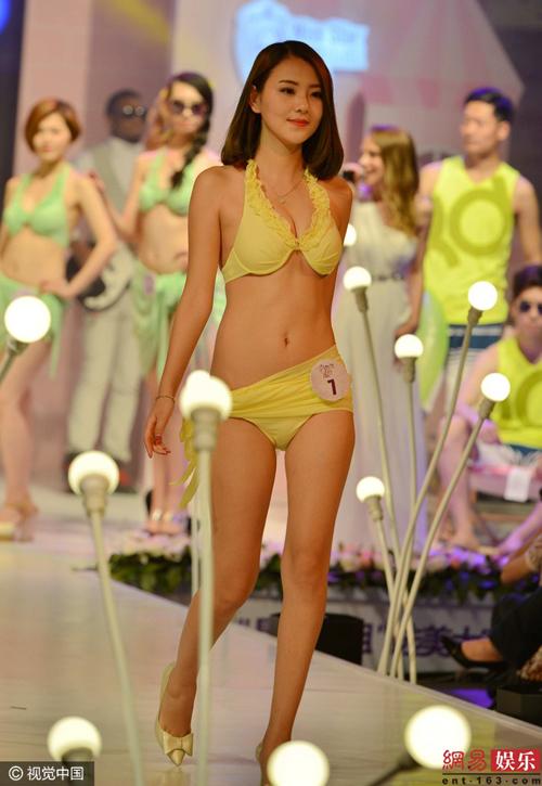 Cuộc thi sắc đẹp Trung Quốc cho thí sinh thay bikini ngay trên sân khấu