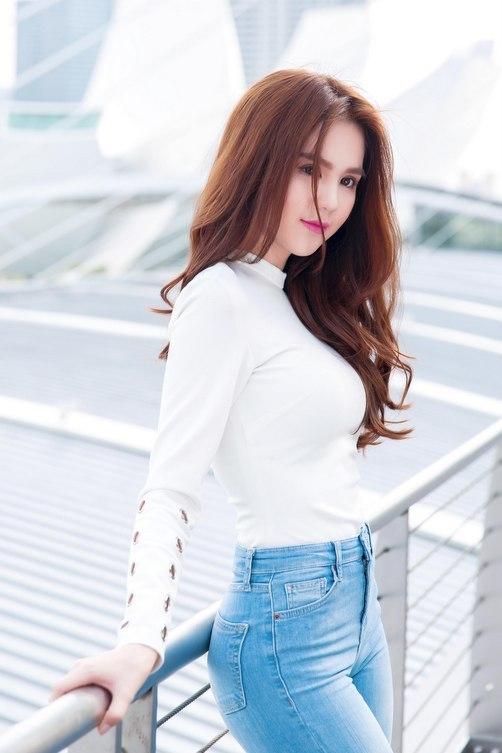 <p> Cô khoe đường cong với quần jeans và áo thun bó sát khi quay hình trên đường phố.</p>