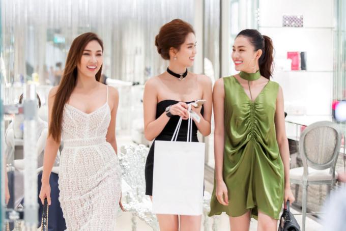 <p> Thời gian gần đây, người đẹp thường diện trang phục của bạn thân - stylist Đỗ Long - kết hợp cùng phụ kiện hàng hiệu.</p>