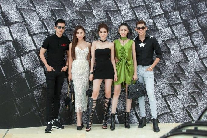 """<p class=""""Normal""""> Ngọc Trinh diện váy ống khoe da trên đường phố Singapore. </p>"""