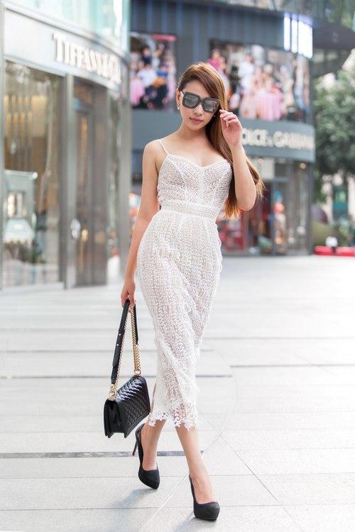 """<p> <span style=""""color:rgb(0,0,0);"""">Người mẫu, diễn viên Quỳnh Thư trong bộ váy trắng xuyên thấu.</span></p>"""