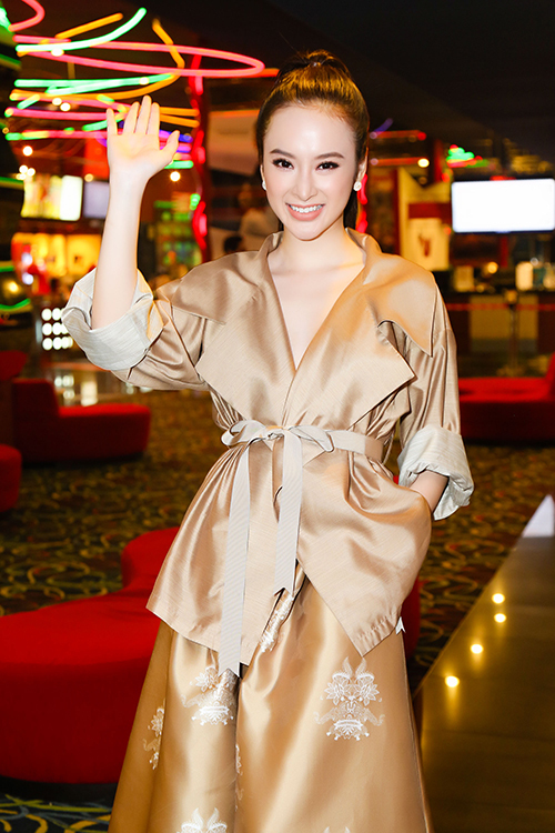 """<p> Nữ diễn viên diện bộ trang phục màu vàng đồng của nhà thiết kế<span style=""""color:rgb(0,0,0);"""">Victoria Huyền Nguyễn</span>.</p>"""