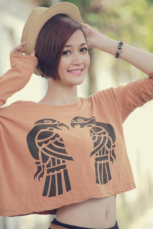 """<p class=""""Normal""""> Thiều Bảo Trang có gương mặt sáng, vóc dáng cân đối. Cô theo đuổi phong cách thời trang năng động.</p>"""