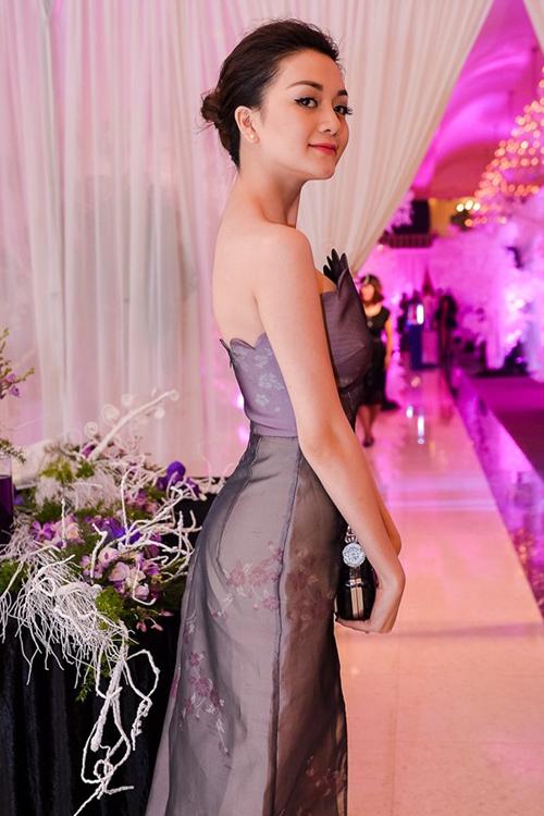 <p> Bộ váy trong một sự kiện giúp ca sĩ vừa nữ tính vừa gợi cảm.</p>