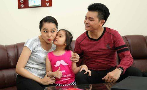 Linh Tý hạnh phúc bên vợ là diễn viên Bích Trâm và con gái nhỏ.