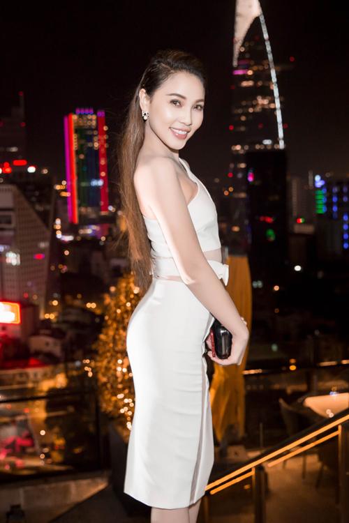 """<p class=""""Normal""""> Diễn viên Quỳnh Thư khoe eo với váy áo cắt xẻ.</p>"""