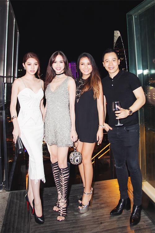 """<p class=""""Normal""""> Người đẹp Vũ Ngọc Anh (thứ hai, trái) phối bộ váy ánh bạc với sandals chiến binh cá tính. Cô kết hợp phụ kiện độc là túi xách hình cầu và vòng đeo sát cổ choker.</p>"""