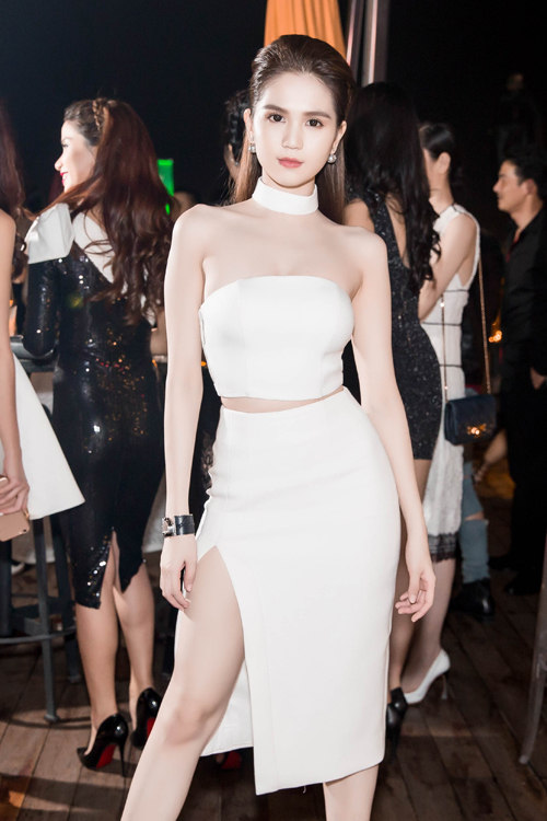 <p> Tối 15/6, Ngọc Trinh tham dự bữa tiệc dành cho các khách mời VIP của <em>Đêm hội chân dài 10. </em>Cô diện áo quây ngực cùng chân váy xẻ đùi gợi cảm.</p>