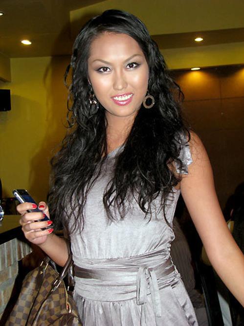 """<p class=""""Normal""""> Năm 2009, Phi Thanh nuôi lại tóc dài. Nữ diễn viên sinh năm 1982 trung thành với kiểu trang điểm sắc sảo nhấn vào cặp lông mày cong và mảnh.</p>"""