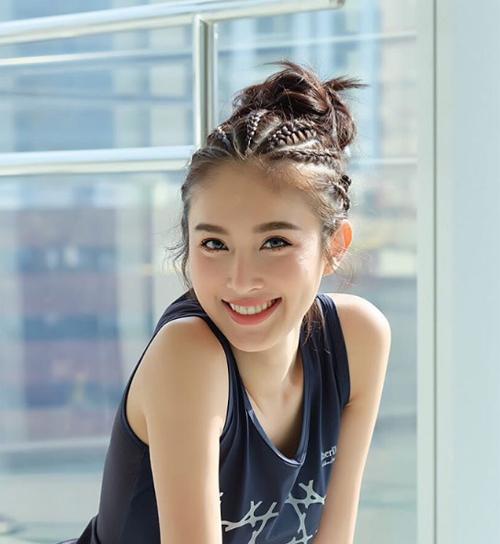 """<p> Nong Poy khoe nụ cười tươi tắn trong bộ ảnh gần đây. Năm 2015, cô xếp thứ 63 trong danh sách """"100 gương mặt <a href=""""https://vnexpress.net/giai-tri/tin-tuc/gioi-sao/quoc-te/sao-chuyen-gioi-thai-vao-top-100-guong-mat-dep-nhat-the-gioi-3334334.html"""" target=""""_blank"""">đẹp nhất thế giới</a>"""", do TC Candler - website chuyên về điện ảnh - thực hiện.</p>"""