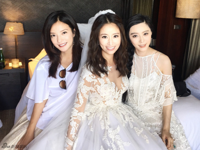<p> Ba người đẹp tái ngộ sau 19 năm đóng <em>Hoàn Châu cách cách</em>.</p>