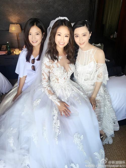 <p> Theo yêu cầu của cô dâu chú rể, khách mời mặc trang phục trắng dự hôn lễ.</p>