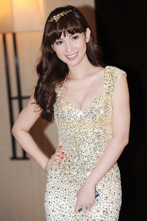 """<p class=""""Normal""""> Từ khi lập gia đình, Quỳnh Chi chuyển sang phong cách quyến rũ. Váy dáng ôm khoe vòng một được người đẹp ưu tiên khi tham gia các sự kiện.</p>"""