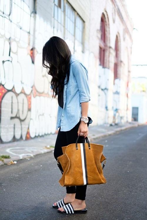 """<p class=""""Normal""""> Sơ mi và quần jeans, túi tote là những món đồ thường đi cùng dép lê.</p>"""