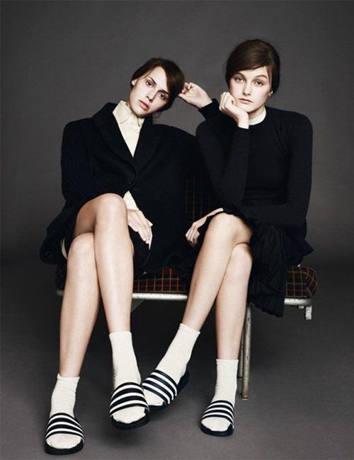 """<p class=""""Normal""""> Để giữ tinh thần những năm 1990, nhiều nhà mốt gợi ý các cô gái mặc theo phong cách nữ sinh nhưng đi mang dép lê cùng tất chân, tạo sự nổi loạn.</p>"""