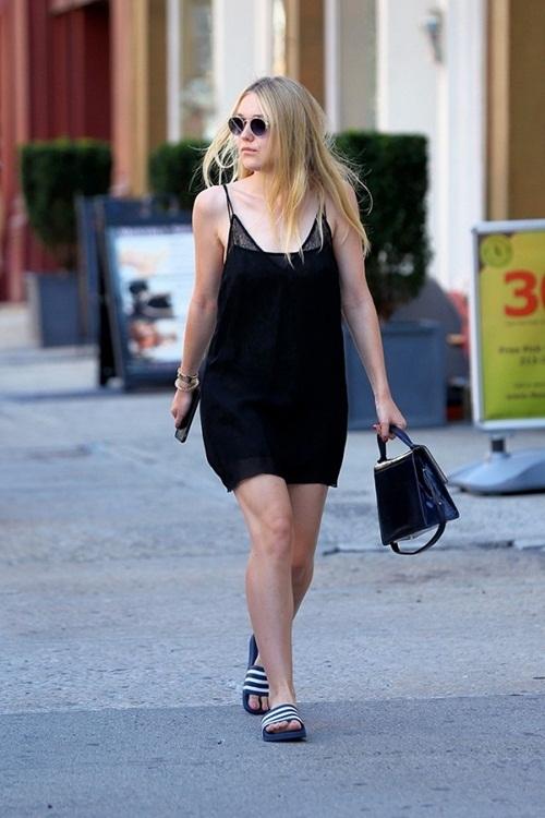 """<p class=""""Normal""""> Dakota Fanning thể hiện phong cách thập niên 1990 đơn giản mà hiệu quả bằng cách đeo kính hippie, váy ngủ cùng dép lê thể thao. Chiếc túi xách cổ điển khiến cả bộ cánh bớt đi phần xuề xòa.</p>"""
