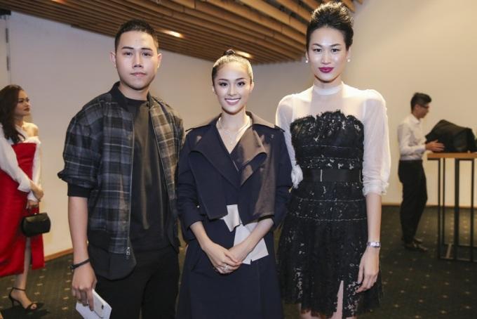 """<p class=""""Normal""""> Tại sự kiện, cô chụp ảnh cùng nhà thiết kế Lâm Gia Khang và người mẫu Thanh Trúc (phải).</p>"""