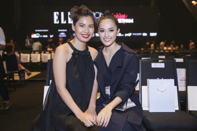 """<p class=""""Normal""""> Nhà thiết kế Thủy Nguyễn đến xem thời trang với bộ váy yếm cách điệu.</p>"""