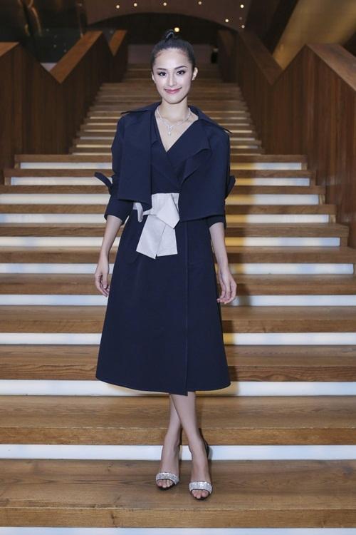 """<p class=""""Normal""""> Cô chọn chiếc áo khoác cắt xẻ phóng khoáng của nhà thiết kế Lâm Gia Khang, phối sandals ánh bạc.</p>"""