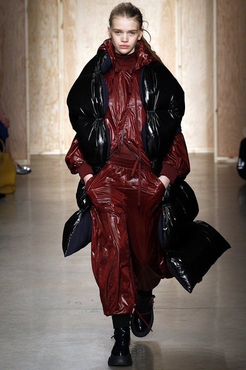 <p> DKNY tạo ra những chiếc áo dáng gilet vừa dài vừa phồng lớn.</p>