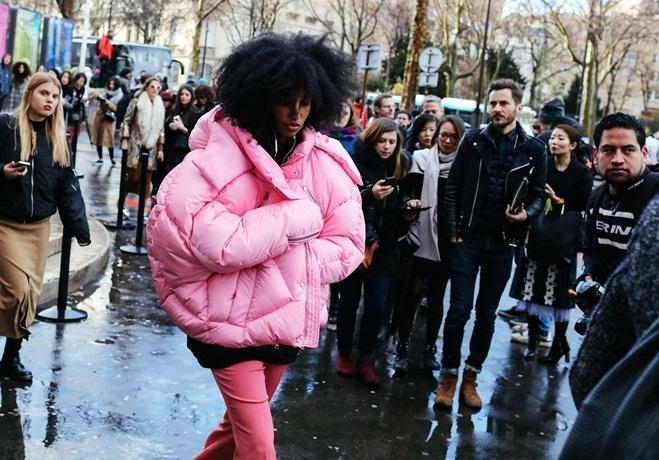 <p> Ngoài đường phố, các tín đồ thời trang bắt đầu đi theo trào lưu này với những chiếc áo đủ màu sắc.</p>