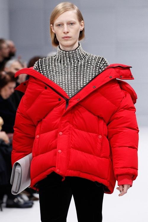 <p> Một trong những nhà mốt lăng xê mạnh nhất xu hướng này là Balenciaga. Hãng gợi ý cách mặc áo phao với kiểu kéo trễ vai.</p>