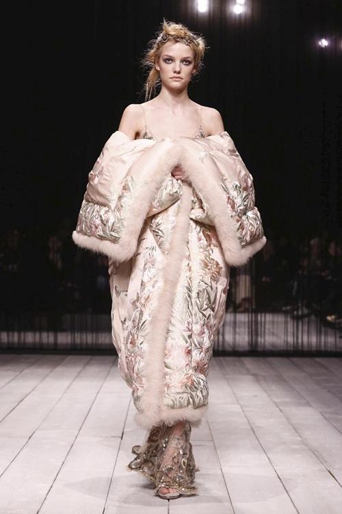 <p> Alexander McQueen đi theo phong cách hoàng gia, nữ tính với áo bông đính lông họa tiết hoa, mặc kèm đầm dạ hội.</p>