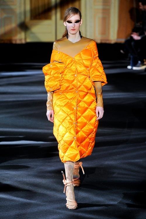 """<p class=""""Normal""""> Áo phao của Acne Studios được thiết kế<span>dáng váy</span><span>chần bông vừa phải, phù hợp trên đường phố và ở những bữa tiệc nhỏ.</span></p>"""