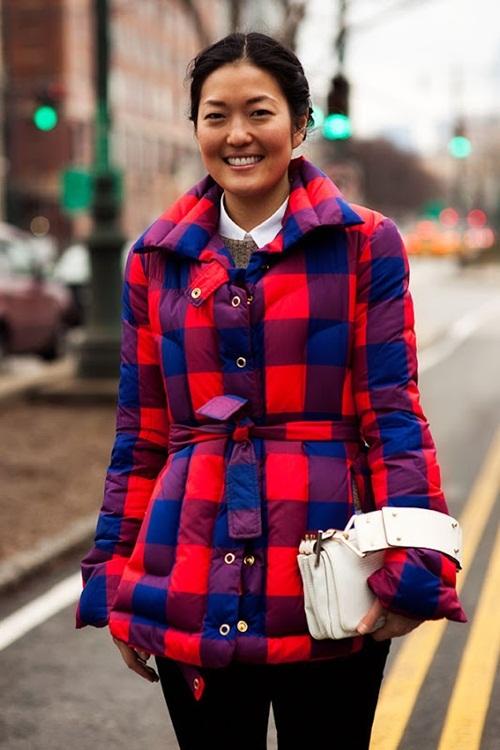 """<p class=""""Normal""""> Một tín đồ thời trang chọn áo phao kẻ ca rô để gây chú ý trên phố.</p>"""