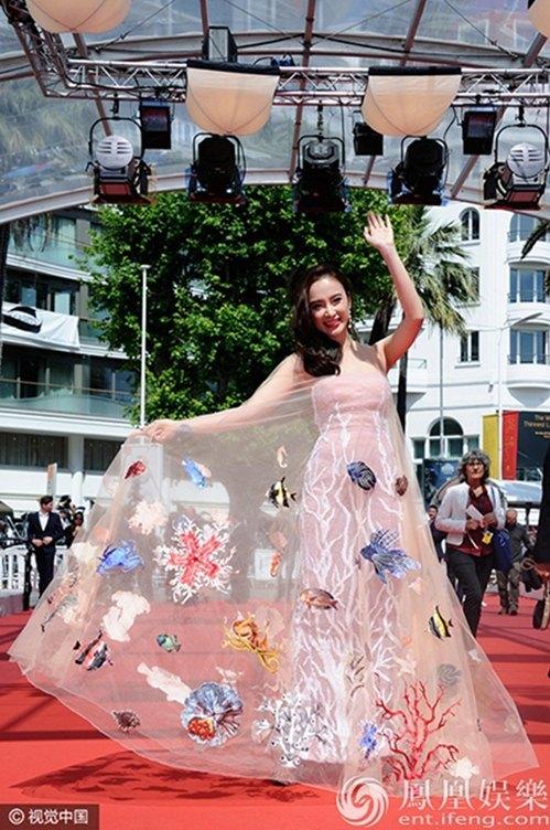 """<p class=""""Normal""""> Angela Phương Trinh còn ghi dấu ấn tại Cannes 2016 khi chọn chiếc váy màu pastel với chủ đề <a href=""""https://vnexpress.net/giai-tri/tin-tuc/thoi-trang/sao-dep-sao-xau/angela-phuong-trinh-toa-sang-o-cannes-voi-vay-chu-de-bien-ca-3405671.html"""" target=""""_blank"""">biển cả</a> của nhà thiết kế Công Trí. Hình ảnh nữ diễn viên dang rộng tà váy với họa tiết sinh vật biển bơi lội được hãng <em>Reuters</em> xếp vào một trong 40 khoảnh khắc thời trang trên thảm đỏ Cannes. Ngoài ra, cô còn được hãng<span>Dolce & Gabbana mời chụp ảnh lưu niệm để giới thiệu</span><span>chiếc váy truyền tải thông điệp giữ gìn môi trường biển.</span></p>"""