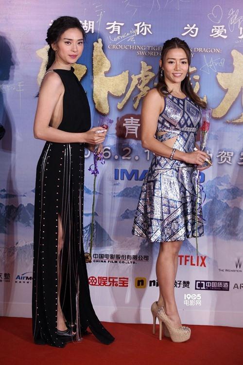 """<p class=""""Normal""""> Ngô Thanh Vân cũng là người đẹp tích cực """"lăng xê"""" trang phục của nhà thiết kế Việt khi ra quốc tế. Hồi đầu tháng 2, """"đả nữ"""" tham dự buổi <a href=""""http://ngoisao.net/tin-tuc/hau-truong/showbiz-viet/ngo-thanh-van-chan-tu-dan-ra-mat-ngoa-ho-tang-long-2-3351558.html"""" target=""""_blank"""">ra mắt</a> phim <em>Ngọa hổ tàng long 2</em> ở Bắc Kinh với bộ váy màu đen do Lê Thanh Hòa thực hiện.</p>"""