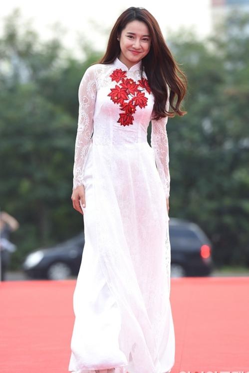 """<p class=""""Normal""""> Nhã Phương chọn áo dài truyền thống để xuất hiện tại lễ trao giải <a href=""""https://vnexpress.net/giai-tri/tin-tuc/gioi-sao/trong-nuoc/nha-phuong-thang-giai-ngoi-sao-chau-a-linh-vuc-phim-truyen-hinh-o-seoul-3466196.html"""" target=""""_blank"""">Seoul International Drama Awards</a> lần thứ 11. Trong mẫu áo dài ren trắng thêu hoa nền nã của Thuận Việt, cô mang đến hình ảnh phụ nữ Việt dịu dàng, đôn hậu.</p>"""