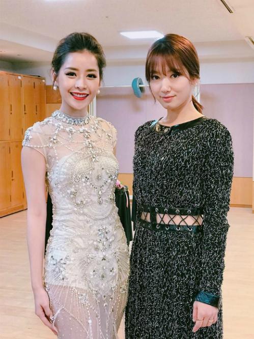 """<p class=""""Normal""""> Bộ trang phục do Đỗ Long thiết kế mang đến cho Chi Pu vẻ lộng lẫy không kém các sao nước chủ nhà. Chi Pu khoe vẻ quyến rũ bên Park Shin Hye - một trong những nữ diễn viên nổi tiếng nhất Hàn Quốc hiện nay.</p>"""