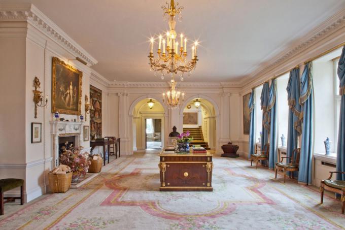 <p> Victoria Beckham và chồng đã nhiều lần tới thăm ngôi nhà trước khi quyết định mua, theo <em>Mirror</em>.</p>