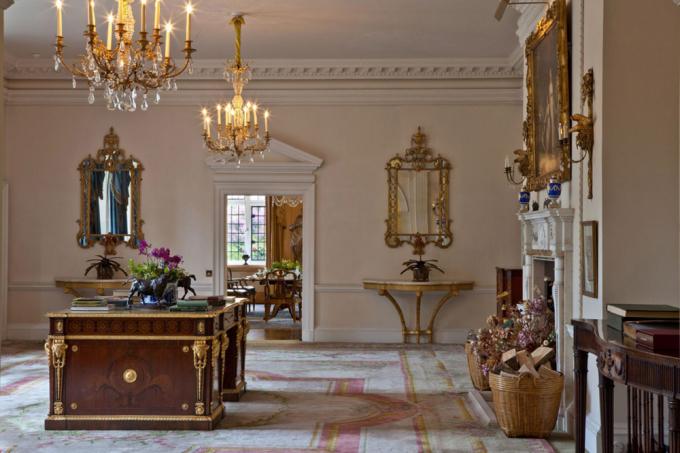 <p> Quanh khu biệt thự nhà Becks là điền trang của các ngôi sao như Kate Moss, đạo diễn Mendes của phim <em>Bond</em>, diễn viên hài Dom Joly, Alex James...</p>