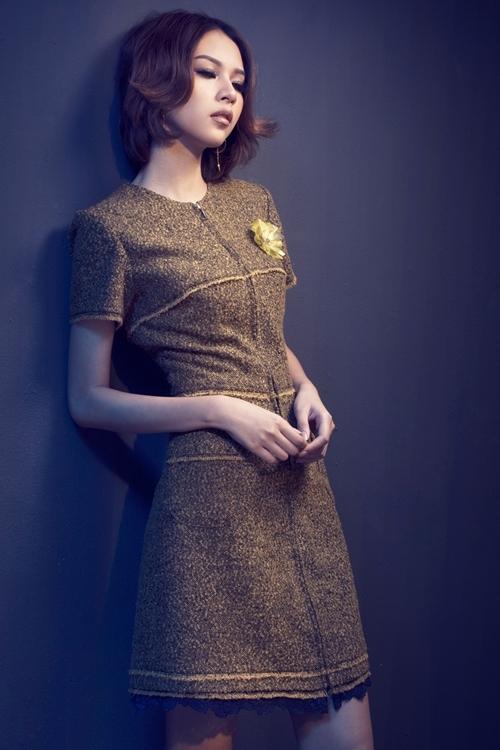 """<p class=""""Normal""""> Chất liệu vải tweed của nhà mốt Chanel được áp dụng cho bộ sưu tập với kỹ thuật cắt may tối giản cùng màu<span>sắc chủ đạo là xanh đen và vàng ánh kim.</span></p>"""