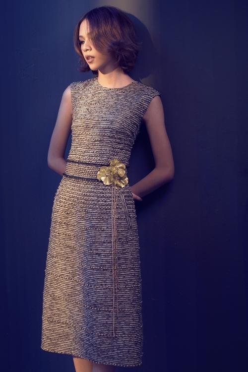 <p> Chiếc thắt lưng ánh kim là điểm nhấn cho bộ trang phục phom dáng cơ bản.</p>