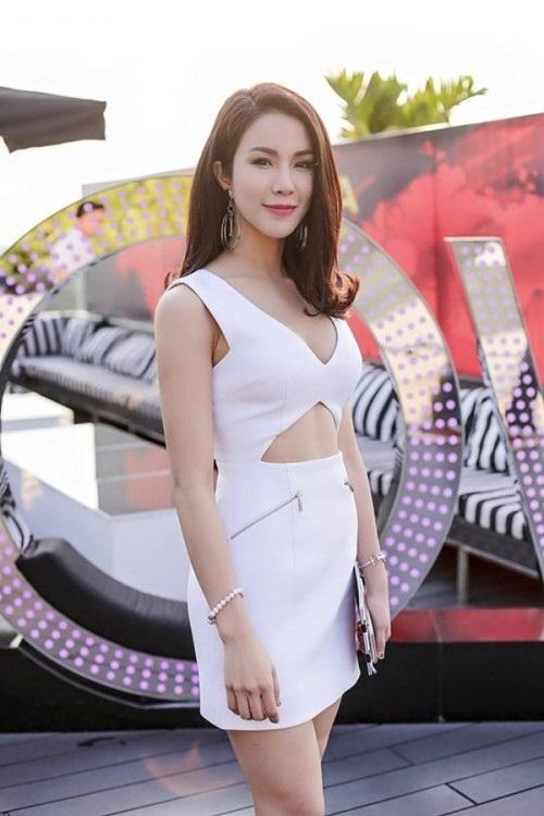 """<p class=""""Normal""""> Trong hai năm 2014 và 2015, Diệp Lâm Anh bị nghi chỉnh sửa nhan sắc với chiếc cằm dài và nhọn hơn.</p>"""