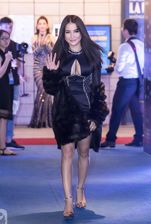 """<p class=""""Normal""""> Xuất hiện trong buổi ra mắt phim <em>Vệ sĩ Sài Gòn</em>vừa qua, nữ diễn viên khiến nhiều người ngỡ ngàng với khuôn mặt sưng phồng.</p>"""