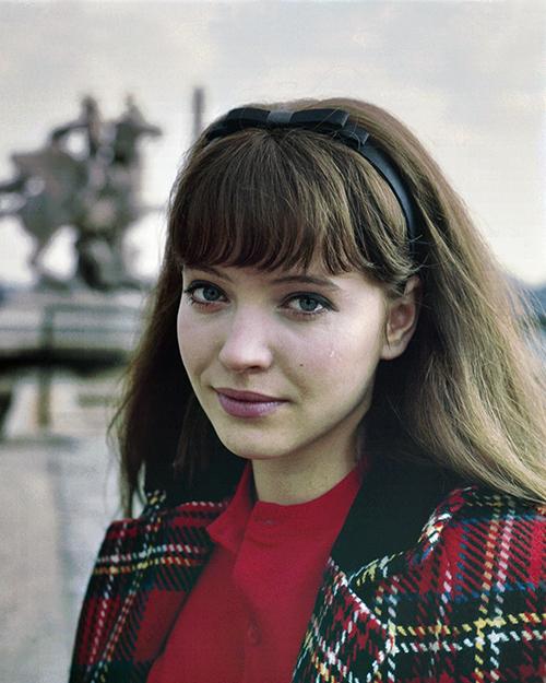 """<p class=""""Normal""""> Anna Karina sinh năm 1940, là nữ diễn viên, đạo diễn và biên kịch người Pháp gốc Đan Mạch. Cô gây ấn tượng với mái tóc dài ngang vai, mái tỉa bằng cùng đôi mắt to cuốn hút. Cô nổi tiếng qua các phim <em>The Little Soldier </em>(1960), <em>A Woman Is a Woman</em> (1961), <em>Vivre sa vie </em>(1962) và <em>Alphaville</em> (1965) do Jean-Luc Godard đạo diễn. Với <em>A Woman Is a Woman</em>, Anna Karina giành giải nữ diễn viên xuất sắc của Liên hoan phim Berlin.</p>"""