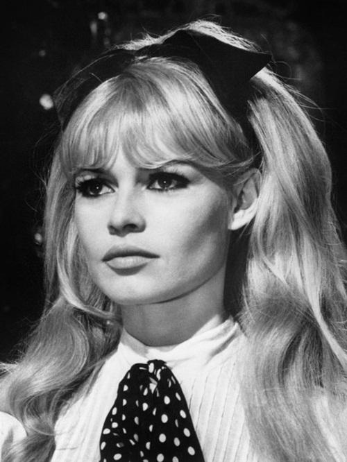 """<p class=""""Normal""""> Brigitte Bardot - mỹ nhân Pháp - được mệnh danh là """"quả bom sex"""" của thế kỷ 20. Nữ diễn viên nổi tiếng bởi phong cách thời trang đột phá cùng kiểu tóc mái bằng đi vào huyền thoại. Từng học ballet từ nhỏ, người đẹp tóc vàng có được đường cong hoàn hảo và cách kiểm soát hình thể tuyệt đối. Đôi mắt thông minh, bờ môi quyến rũ cùng cơ thể lý tưởng khiến Bardot trở thành thỏi nam châm thu hút cánh đàn ông tới rạp chiếu và là một biểu tượng vĩnh cửu cho sự gợi cảm của môn nghệ thuật thứ bảy.</p>"""