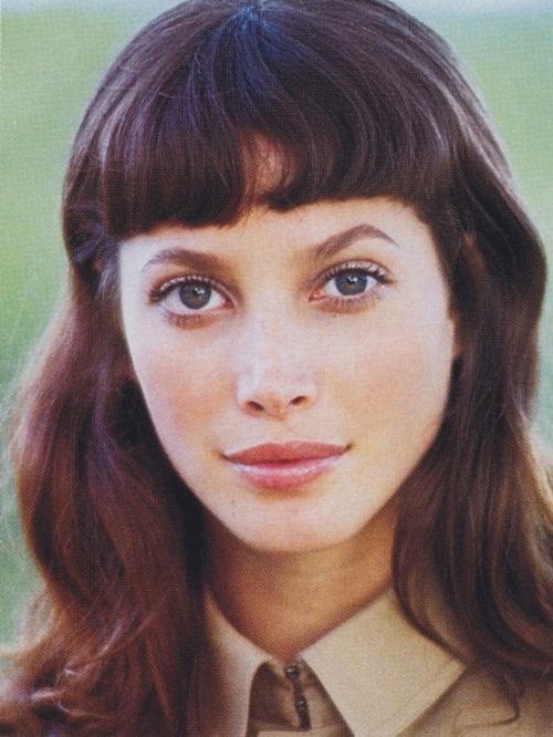 """<p> Mỹ nhân người Mỹ có tóc mái bằng đẹp nhất mọi thời đại được <em>Vogue</em> xướng tên là Christy Turlington. Christy có vẻ đẹp cổ điển, thanh thoát, là một trong năm người mẫu huyền thoại của làng thời trang thế giới cùng Naomi Campell. Người đẹp sinh năm 1969 là gương mặt được các """"ông lớn"""" săn đón, trong đó có Chanel, Christian Lacroix, Gianni Versace, Calvin Klein... Nhưng niềm đam mê củaChristy không phải trở thành người mẫu mà là được tận hưởng cảm giác tuyệt vời khi ở trên lưng ngựa.</p>"""