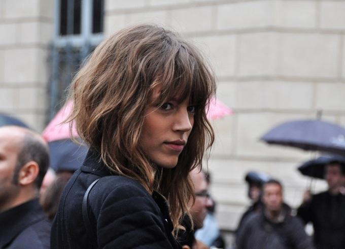 """<p class=""""Normal""""> Freja Beha Erichsen là người mẫu Đan Mạch, sinh năm 1987 tại Roskilde. Cô gây ấn tượng với người đối diện bằng mái tóc rối tự nhiên, hoang dã, mái bằng tỉa lưa thưa. Vốn yêu phong cách tomboy từ hồi sáu tuổi, Freja Beha không quá chú trọng đến vẻ ngoài. Lên sàn catwalk lần đầu vào năm 2005 cho các show mùa thu ở Paris (Pháp) và Milan (Italy), cô nhanh chóng trở thành gương mặt được yêu thích của Prada, Louis Vuitton, Miu Miu...</p>"""