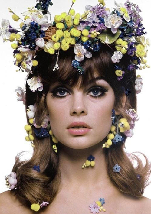 <p> Jean Shrimpton được mệnh danh là siêu mẫu đầu tiên trên thế giới, là một trong những gương mặt tiêu biểu cho thế hệ những năm 1960 bên cạnh Twiggy, Penelope Tree và Edie Sedgwick. Vào thời đại những thân hình đầy đặn khiêu gợi là chuẩn mực của cái đẹp, Jean Shrimpton bước vào thế giới thời trang và tạo ấn tượng mạnh với dáng người mảnh, đôi mắt bồ câu, mái tóc tỉa so le, lông mày cong. <em>Vogue </em>cho biết chưa sàn diễn thời trang nào ở London (Anh) vắng bóng Jean Shrimpton. Cô cũng là người khai sinh mốt váy ngắn (miniskirt) nổi tiếng khiến chúng trở thành hiện tượng thời trang lúc bấy giờ và vượt ra ngoài các trung tâm thời trang của Mỹ và châu Âu.Shrimpton là biểu tượng của làn sóng Swinging London - trào lưu văn hóa tôn vinh tuổi trẻ trong thời kỳ kinh tế nước Anh hậu chiến tranh. Cô ăn mặc theo lối hiện đại, phá cách với suit tân thời, trang phục hippie, họa tiết hình học, váy ngắn trên đùi.</p>